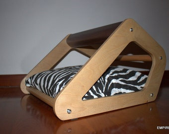 SERIE ANGLE Design-cat hut in various essences with soft pillows for cats and small dogs.