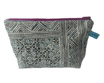 Etui met blauw zwart wit patroon en paarse rits. Zipper pouch, black blue white print, purple zipper.