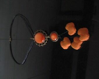Seurat. Necklace-pendant on silk orangebraun.