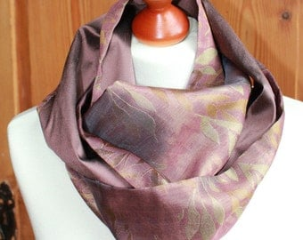Mauve colored LOOP with einegwebtem leaf pattern, Jacquard of silk and linen