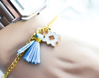 Bracelet pompon fin et délicat émaillé - porte bonheur - bracelet doré - bracelet raffiné, élégant - chaîne, charms émail - cadeau femme