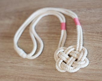 Knot necklacke with pink accent