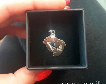 Ciondolino Piedini di bambino in argento 925 con brillantino Swarovski. Incisione nomi gratuita. Scatolina in omaggio.