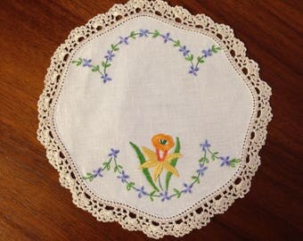 Vintage hand embroidered doily, 21cm,  daffodil and forget me nots