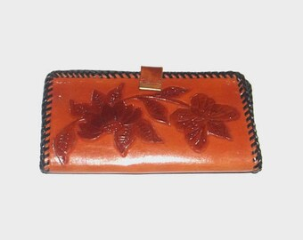 1970s leather wallet / vintage 70s women's billfold / leather / Floral Hand Tooled Leather Snap Wallet