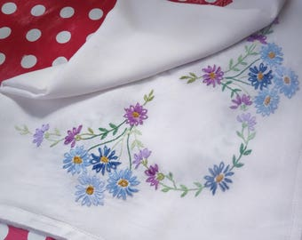 pretty hand embroidered lavender daisies tablecloth 34x32 inches