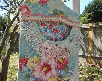 Scrappy ROSY HIBISCUS BOUQUET  Clothespin Bag, Vintage Lace Trim Rick Rack Roomy Pocket Sturdy Handmade, Pinch Pegs Hanger Fresh Air Laundry