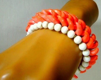 Coral n White Wrap Bracelet, 1950s Glass Bead Memory Wire Cuff, Summer Retro Cool Mid Century Wristlet