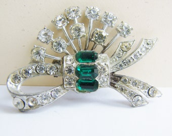 Pristine art deco style silver and rhinestone brooch with emerald green rhinestone accents (I4)