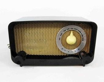 Vintage Zenith Radio Model 5G02 with Black Bakelite Body. Circa 1940's.
