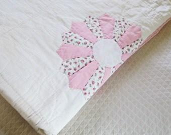 DRESDEN PLATE, 1930s quilt, vintage quilts, applique quilt, depression era , hand quilted, antique quilt, farmhouse decor