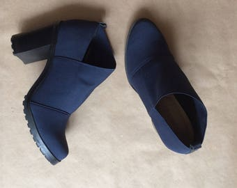 amazing vintage 90's navy blue fabric ankle boot bootie / shoe boot / womens boot / 8 M / thick block heel