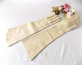 Midlength Ivory Gloves in Leather Made in Italy for L. Bamberger, Unworn, 7 1/2