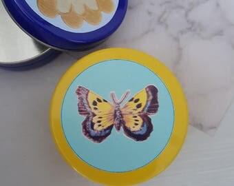 Geel blikje met vlinder