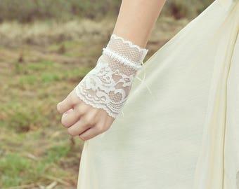 Wedding lace bracelet, bridal bracelet, wedding glove, lace cuff, vintage wedding accessory, boho wedding jewelry, ivory lace bracelet
