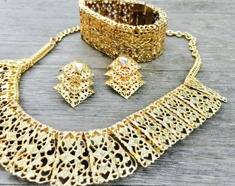 Vintage 60's collectible Sarah Coventry jewelry set. Mid century gold toned choker necklace earrings bracelet