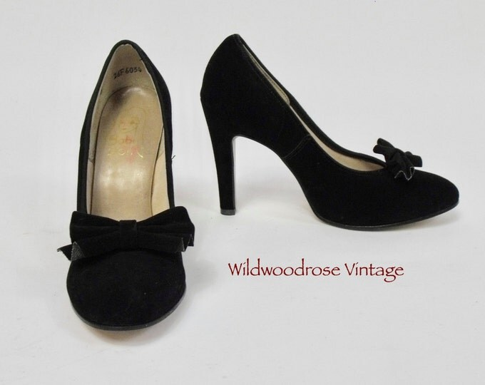 Vintage 1970's Baby Doll Suede Stilettos - 4.25 Inch Heel - Pleated Bow - Evening Shoes - Retro Pumps - Classic Stilettos - Ladies Size 7 B
