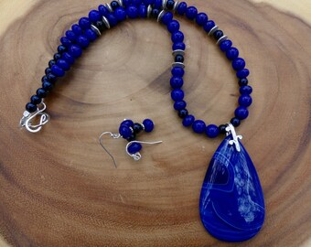 18 Inch Royal Blue Striped Agate Pendant Necklace with Earrings