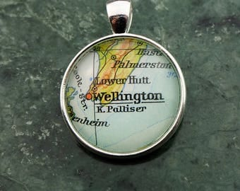 NECKLACE or KEYCHAIN New Zealand, WELLINGTON, Pendant, Ø 1 inch, nickle free steel, Cabochon, Glass, Atlas, Vintage, Jewlery