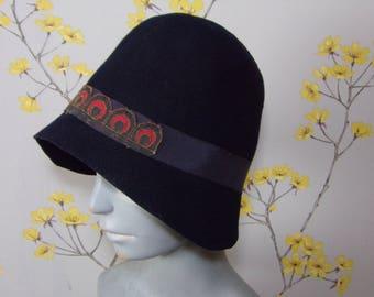 Vintage 1920s Navy Blue Cloche Vintage Felt Cloche Flapper Hat Roaring 20s Hat Front Mock Peacock Design