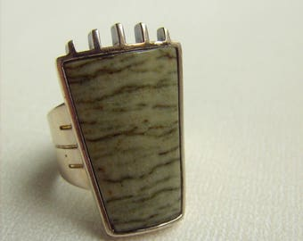 Loverly Olive Green Stone Ring Set in Sterling Silver Native American Foot Design Estate Jewelry