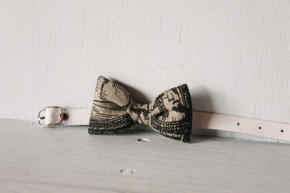 Bow tie cat collar >> Small dog bow tie >> Grey and black vintage patterned bow tie, white leather strap and silver buckle >> Pet gift