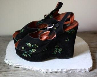 1970s velvet platform sandals // 1970s platform shoes // vintage highheels