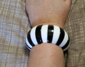 Chunky Bead Bright White and Black Striped Expandable or Stretchable Beaded Bracelet Costume Jewelry Fashion Accessory