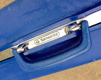 """Mid century Samsonite Concord series luggage. 1960s bright blue/silver/chrome hardside with keys! Rolling, wheeled. Jumbo 26"""" x 20"""" size"""