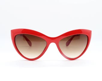 Red cat eye sunglasses. 50s vintage style cateye with brown graduated lens and gold arms. Rockabilly rock n roll classic. Pin up.