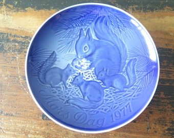 Mother's Day Mors Dag year 1977 Copenhagen Blue Porcelain Collector's Plate Squirrel Made in Denmark by Bing & Grondahl @207
