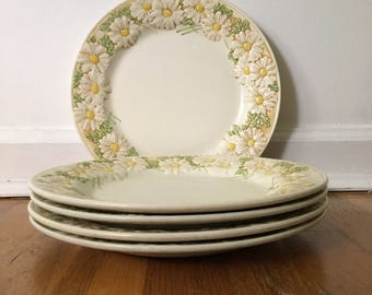 Poppytrail Metlox Vernon Sculptured Daisy Five Piece Dinner Plate Set