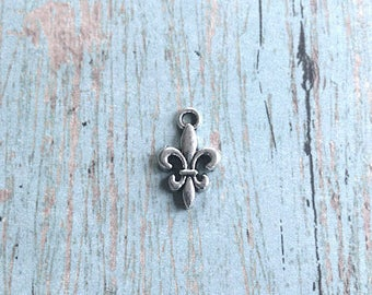 Bulk 30 Tiny Fleur de lis charms silver tone - silver fleur de lis pendants, Louisiana charms, New Orleans charms, Louisiana pendants, B1