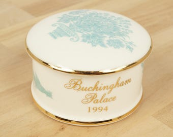 Buckingham Palace 1994 bone china pill box / ring box / trinket  ||  white ceramics