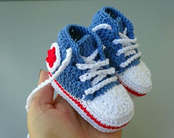 Sneakers in crochet, baby sneakers, baby booties, baby shoes with a star or flower aplique