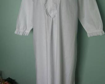 Antique dove white nightgown with frilly collar and cutwork lace detail Medium large size long sleeves white cotton good condition Gloria