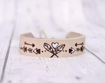Leather bracelet / Leather cuff bracelet for women / Feather bracelet / Boho bracelet // Painted Bohemian bracelet / Pyrography art //