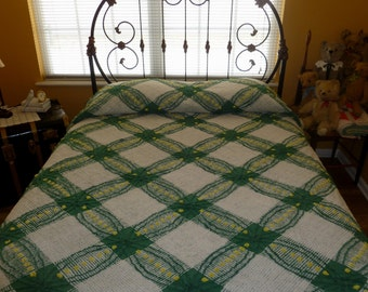 Vintage Chenille Bedspread 1950s Wedding Ring Pattern Green w/Yellow Pops  Full size