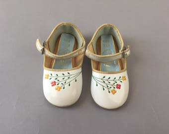 Vintage 60s baby girls white mary jane buckle shoes with yellow and red flowers size 3.5
