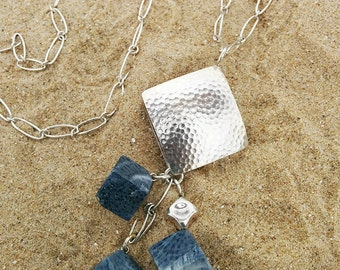 Blue coral pendant. Silver coral pendant. Colgante con coral azul. Boho jewelry. Bohemian jewelry. Coral akori. Collar de plata.