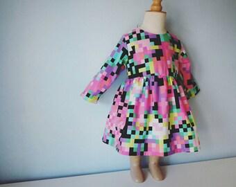 robe douce fille. robe multicolore, robe pixel rose fluo, robe printemps petite fille. 6 mois à 4 ans. le panda volant