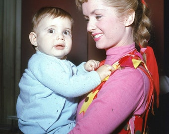 Debbie Reynolds holds Carrie Fisher circa 1956