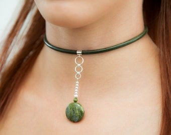 Leiwen Green leather and Sterling Silver choker with green Unakite gemstones. Unique Green necklace collar choker. By Molax Chopa Tribe