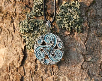 Labradorite forest triskele - Celtic inspired silver pendant with labradorite and oak leaves, limited collection