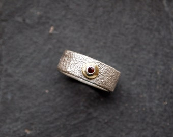 Textured silver ring with faceted Garnet, 925 silver band with red gemstone, Gold toned brass element, Ring size 5.5