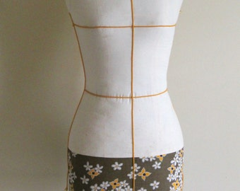 Vintage Full Scale Dress Form on Stand; Adult Female Sewing 34 Form; 1960s Dress Maker's Form, Size 6-8