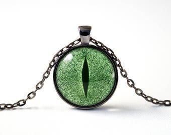 Dragon eye necklace Cat eye necklace Green eye Eye jewellery Dragon jewelry Evil eye pendant Eye pendant Magic Fantasy Dino eye necklace