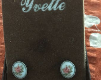 Rose Cameo Stud Earrings // Vintage jewellery // 1980s