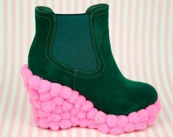 Pom-pom wedged boots size UK 4