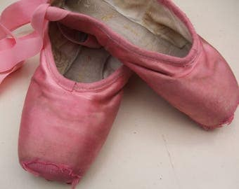 Vintage Pink Pointe Shoes - Bloch Pointe Shoes